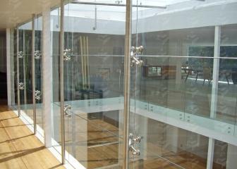 Fachada de cristal con sistema spider realizado por Canceles Finos